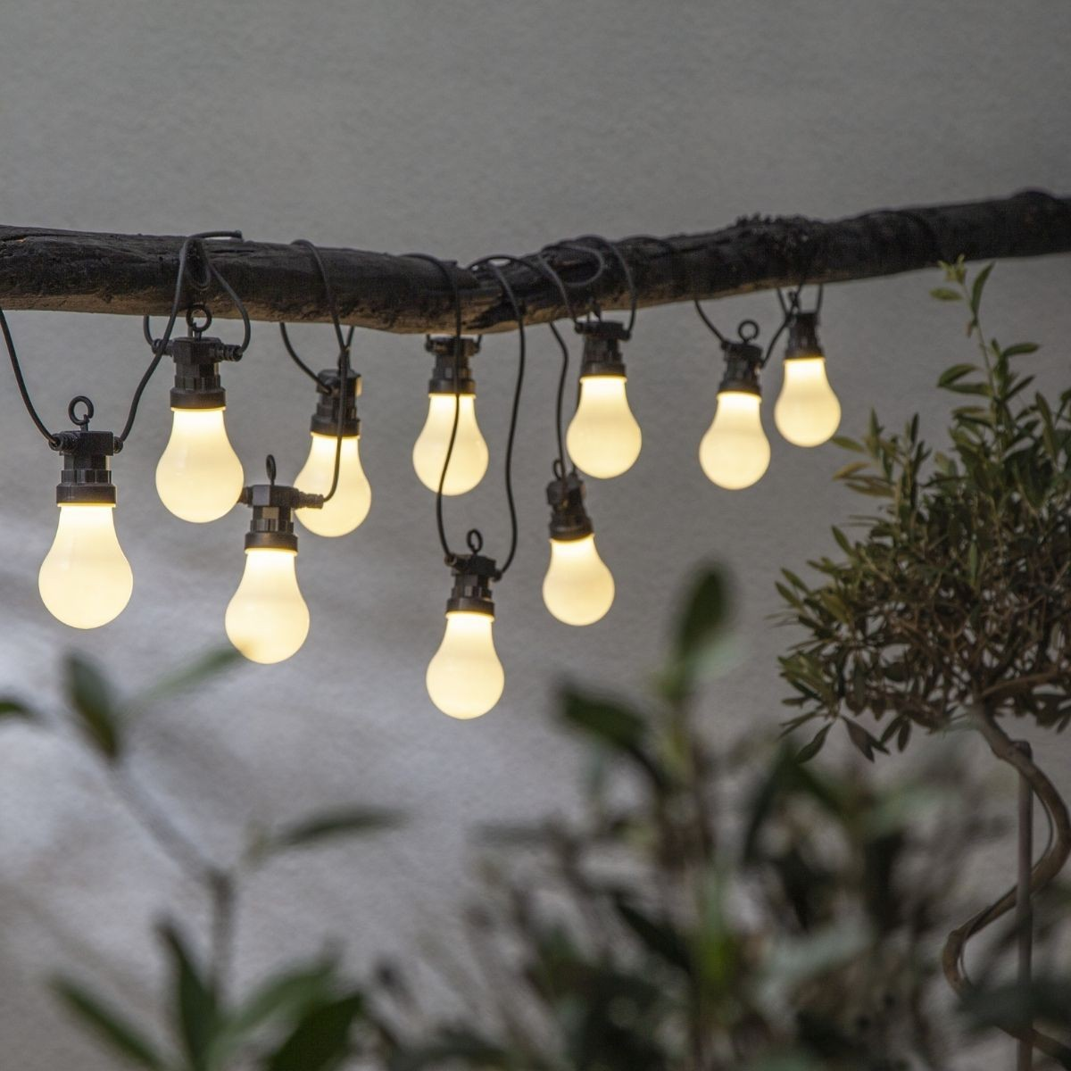 LED Lichterkette CIRCUS - 10 opal weisse Birnen - warmweisse LED - 4-05m - inkl- Trafo - outdoor